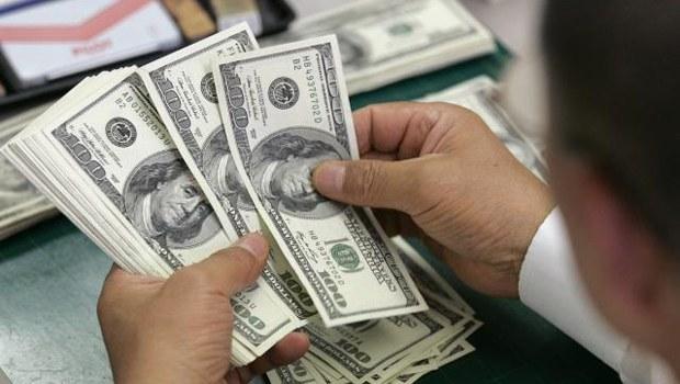 Photo of Dólar opera em queda, perto de R$ 3,55