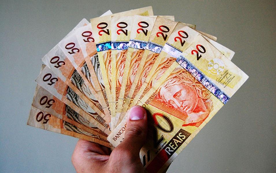 Compras-dinheiro-Brasil