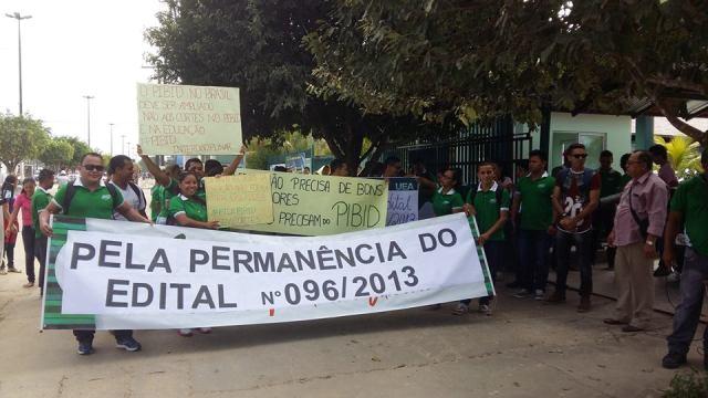Photo of Alunos da UEA em Tabatinga realizam protesto contra o fim do Pibid