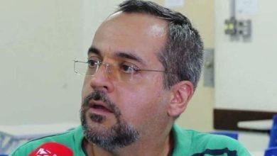 Foto de Bolsonaro demite Vélez e nomeia economista como novo ministro da Educação